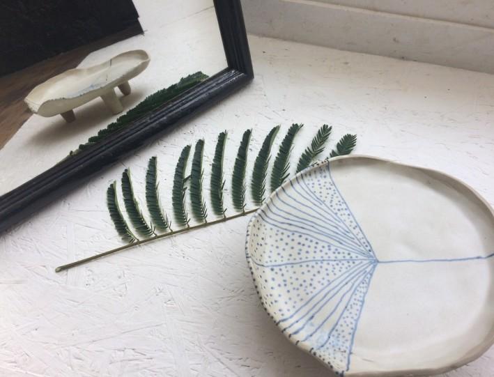 plat-ceramique-bianina-tripode-gres-vegetal