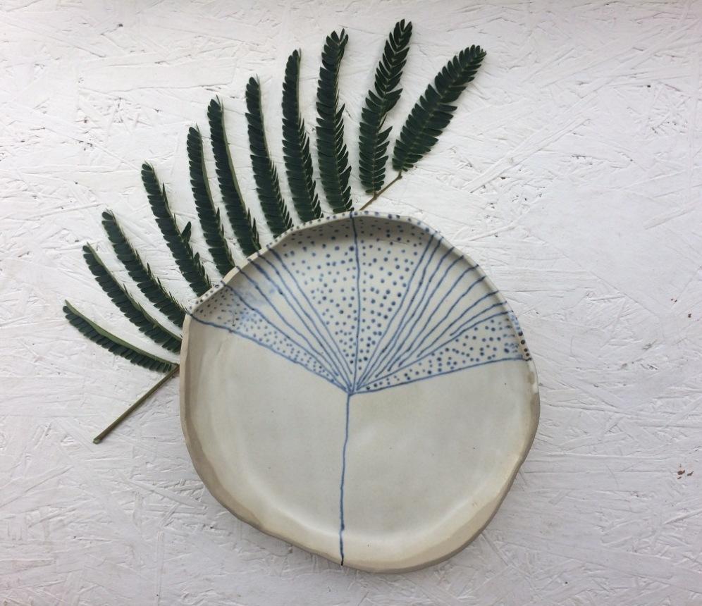 plat-rond-ceramique-bianina-tripode-gres-vegetal